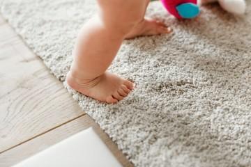 Akú podlahu vybrať pre malé nôžky?
